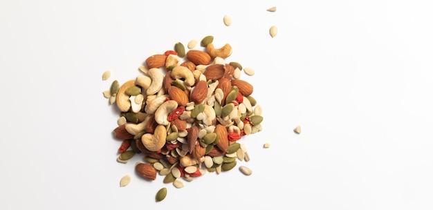 Mieszane organicznych zbóż i stos nasion zbóż na białym tle. ,