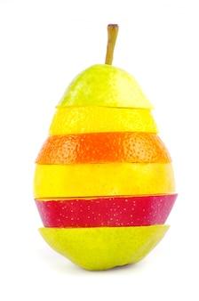 Mieszane owoce na białym tle