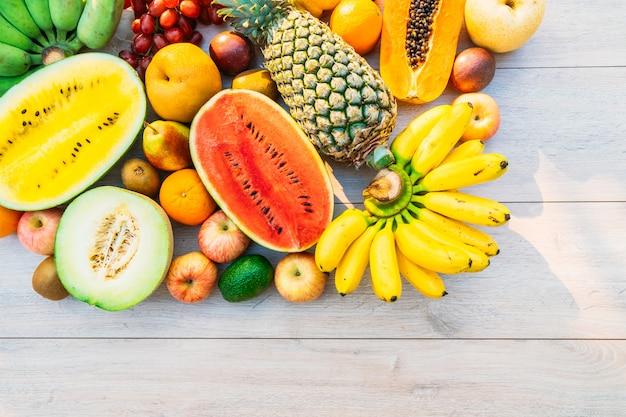 Mieszane owoce z pomarańczowym jabłkiem bananowym i innymi