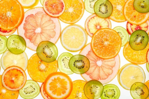 Mieszane przezroczyste owoce cytrusowe na białym tle