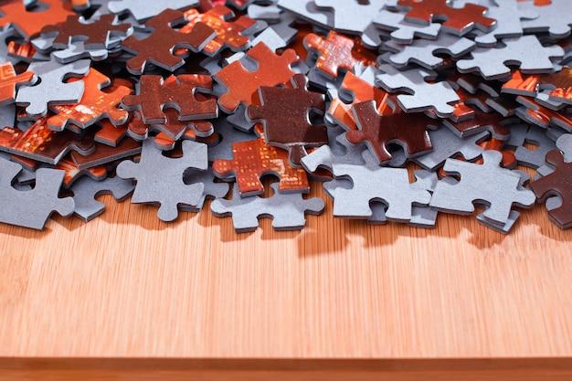 Mieszane puzzle układanki na drewnianym stole
