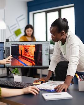 Mieszane rasy twórców gier testujących interfejs gier wideo, analizujących problemy z oprogramowaniem