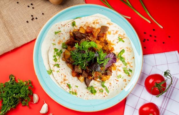 Mieszane smażone mięso i warzywa na lavash