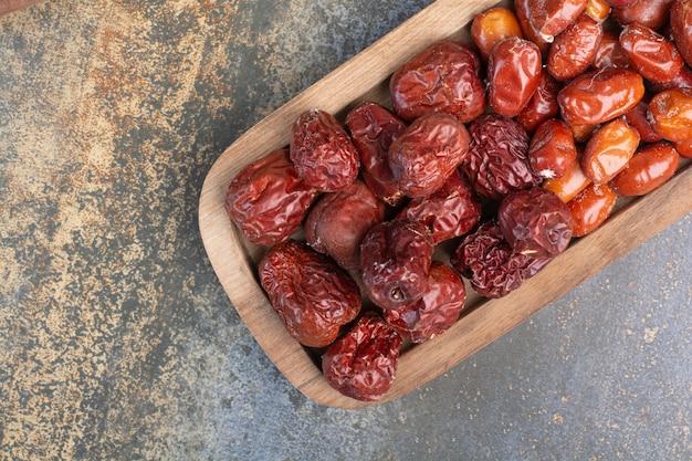 Mieszane zdrowe suszone owoce na drewnianym talerzu. wysokiej jakości zdjęcie