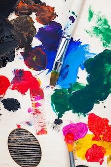 Mieszane ze sobą wielokolorowe farby do kreatywności i rysowania, olej i inne rodzaje farb podczas kreatywności, twórczy proces rysowania danej osoby poprzez mieszanie różnych kolorów farb