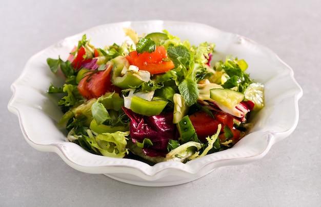 Mieszane zioła i warzywa zdrowe sałatki na talerzu