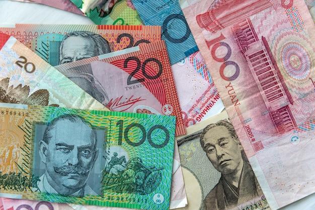 Mieszanka banknotów chińskich, japońskich, kanadyjskich i australijskich