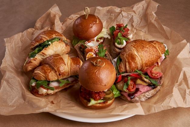 Mieszanka burgerów, kanapek i rogalików z nadzieniem