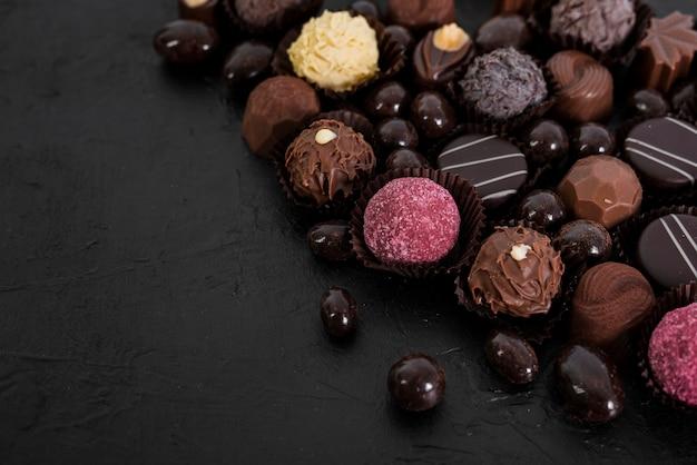 Mieszanka czekoladek pod dużym kątem