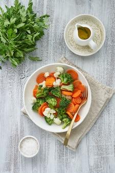 Mieszanka gotowanych warzyw. brokuły, marchew, kalafior. warzywa gotowane na parze