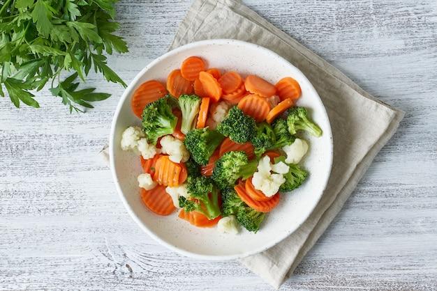 Mieszanka gotowanych warzyw. brokuły, marchewka i kalafior.