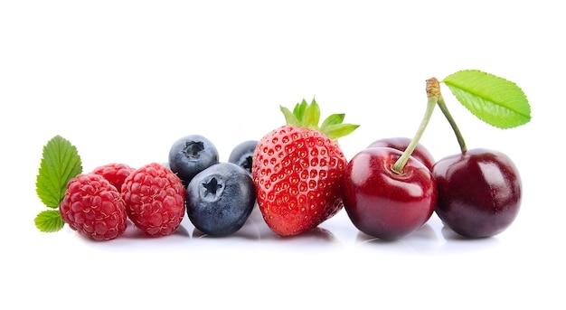 Mieszanka jagód na białym tle. wiśnia, malina, jagody, truskawka.