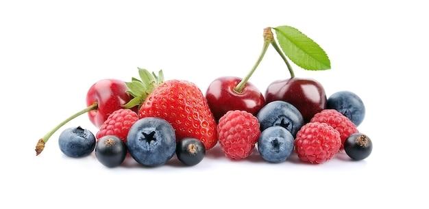 Mieszanka jagód. słodka wiśnia, malina, porzeczki, truskawka i borówka na białym tle.
