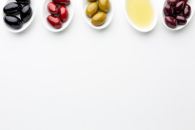 Mieszanka kolorowych oliwek z miejsca na kopię