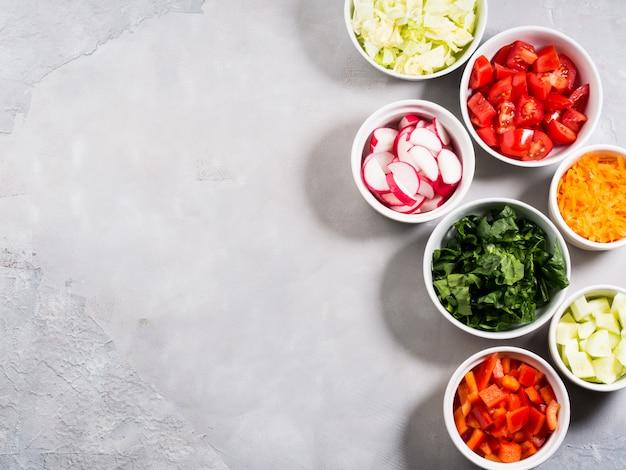 Mieszanka misek warzywnych na sałatkę lub przekąski na szarym tle. koncepcja detox diety