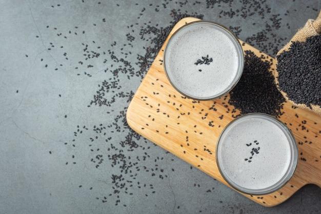 Mieszanka mleka sojowego czarny sezam na ciemnym tle