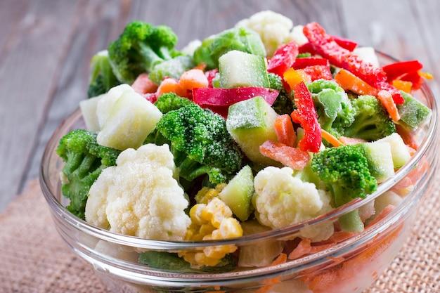 Mieszanka mrożonych warzyw w szklanej misce