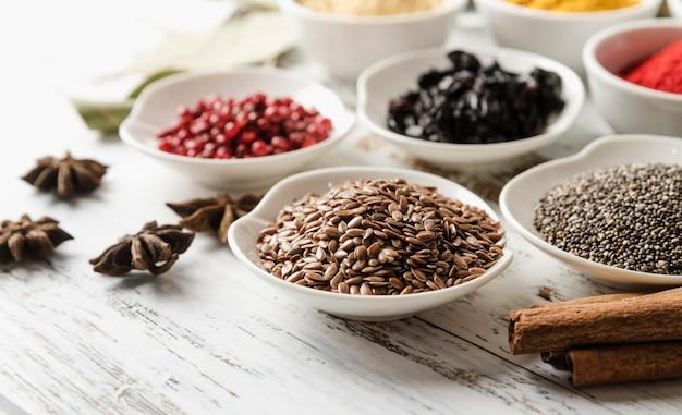 Mieszanka nasion organicznych w miskach