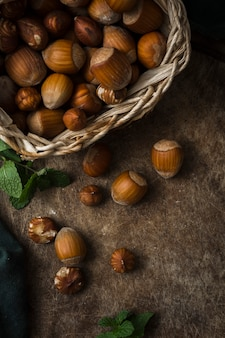 Mieszanka organicznych orzechów laskowych na stole