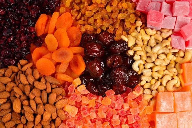 Mieszanka orzechów i suszonych owoców oraz słodkich tureckich przysmaków