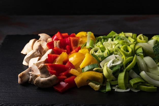 Mieszanka pokrojonych warzyw: pieczarki, pory, papryka, cebula, brokuły, rozmaryn, czosnek
