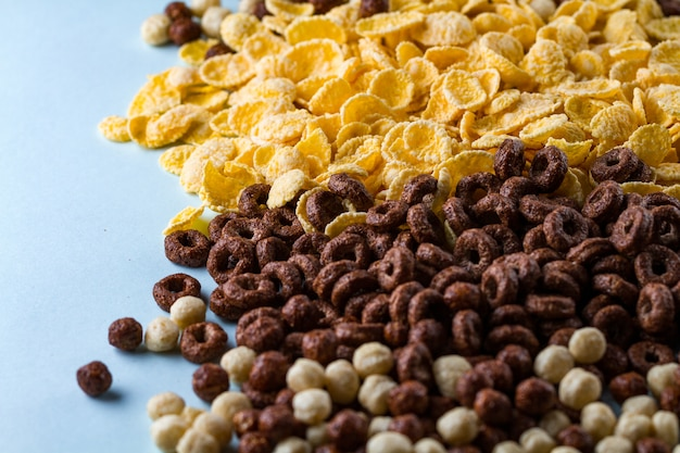 Mieszanka przeszklonych, suchych, czekoladowych kulek, pierścieni i żółtych płatków kukurydzianych na śniadanie do płatków śniadaniowych