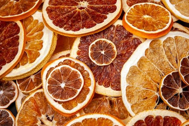 Mieszanka różnych kawałków suszonych owoców cytrusowych. owoce witaminowe. zdrowe jedzenie