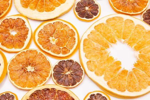 Mieszanka różnych kawałków suszonych owoców cytrusowych