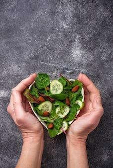 Mieszanka sałat z ogórkiem i migdałami. pojęcie zdrowej żywności. selektywne skupienie
