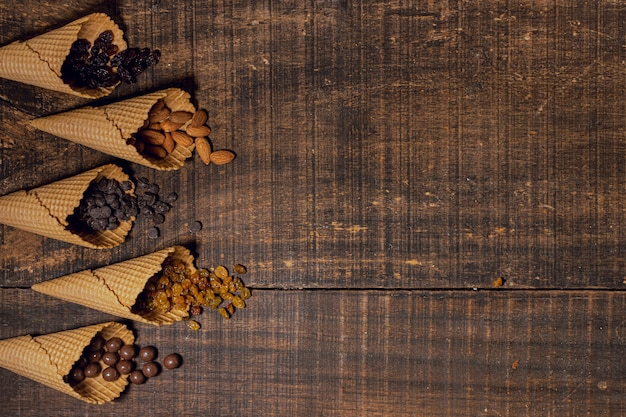 Mieszanka słodkich przekąsek w szyszkach