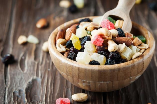 Mieszanka suszonych orzechów i owoców na drewnianym stole