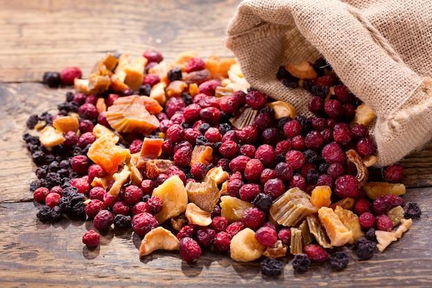 Mieszanka suszonych owoców i jagód na drewnianym stole