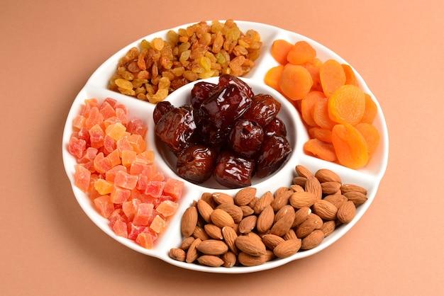 Mieszanka suszonych owoców i orzechów na białym talerzu