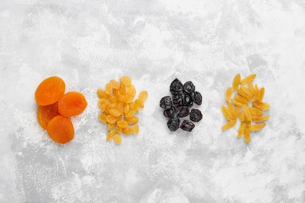 Mieszanka suszonych owoców, moreli, winogron, śliwek na świetle