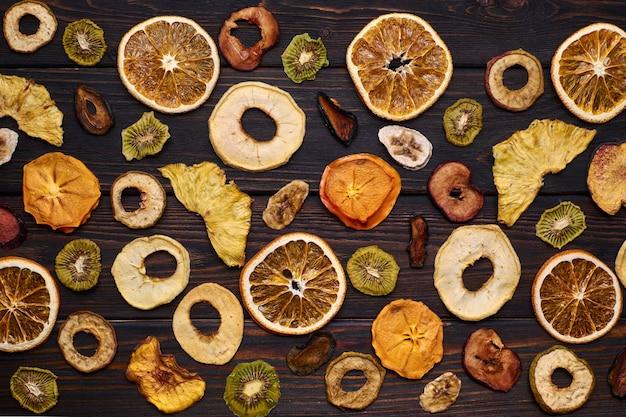 Mieszanka suszonych owoców na drewnianym stole