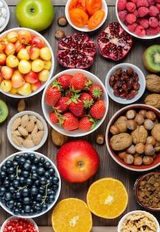 Mieszanka świeżych jagód, orzechów i owoców. zdrowa żywność zawiera dużo witamin i użytecznych pierwiastków śladowych.