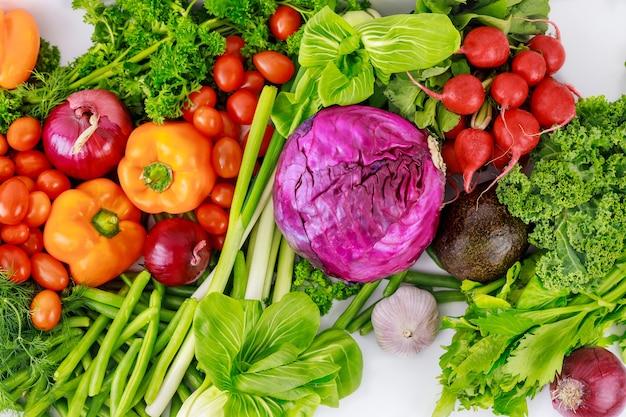 Mieszanka świeżych, zdrowych i kolorowych warzyw. widok z góry.