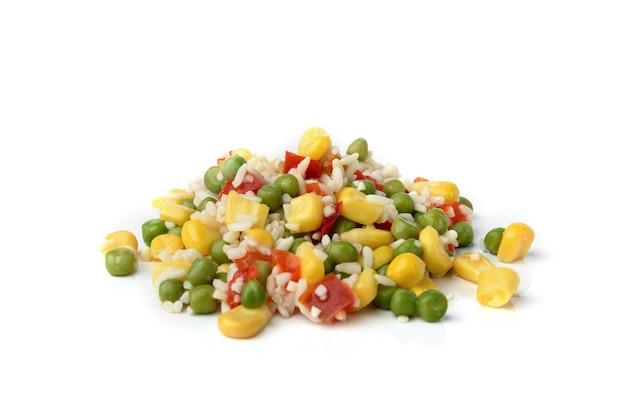 Mieszanka warzyw meksykański (hawajski) kukurydza cukrowa, zielony groszek, ryż i papryka na białym tle.