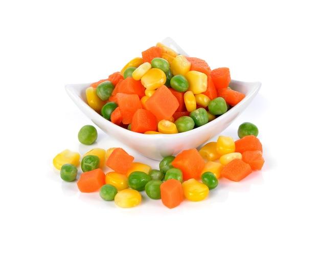 Mieszanka warzyw zawierających marchew, groszek i kukurydzę na białym tle