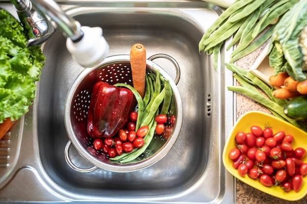 Mieszanka warzyw zebranych i umytych w zlewie świeża papryka marchewka zielona fasola