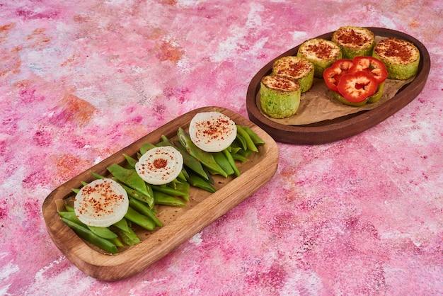 Mieszanka warzywna na drewnianym talerzu.