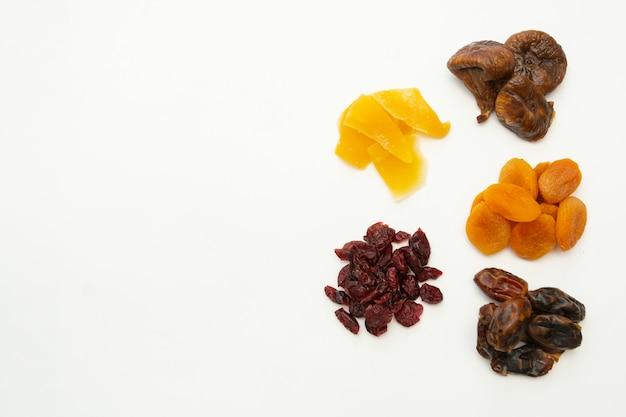 Mieszanka wysuszonych owoc rozsypiska odizolowywający na białym tle