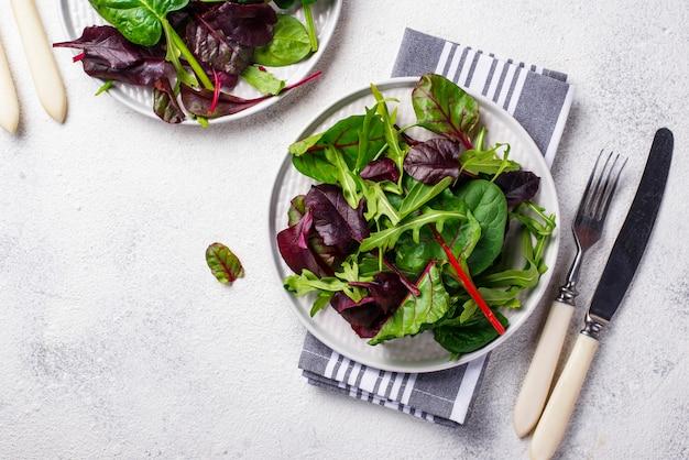 Mieszanka zielonych liści sałaty
