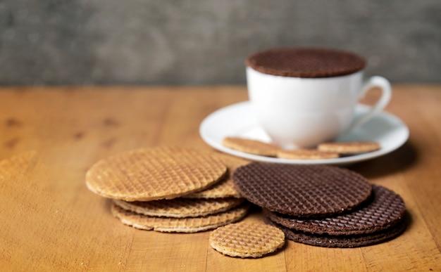 Mieszankę stroopwafel najlepiej podawać z czekoladą i syropem do kawy