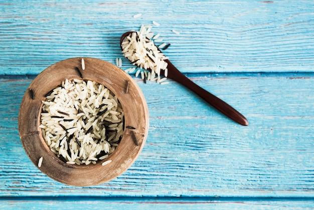 Mieszany basmati i dziki ryż w talerzu