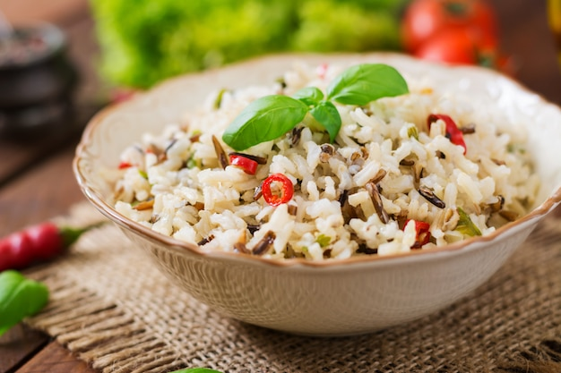 Mieszany gotowany ryż z chili i bazylią. menu dietetyczne.