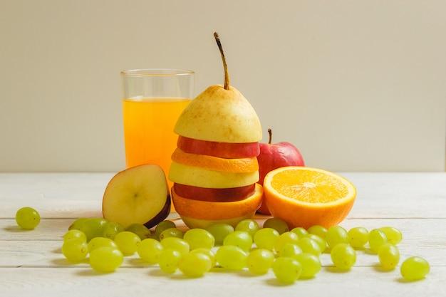Mieszany owoc i sok na drewnianym stole. koncepcja zdrowej żywności