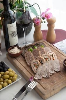 Mieszany pasztet talerz na drewnianej deski orzechów włoskich warzyw bocznym widoku