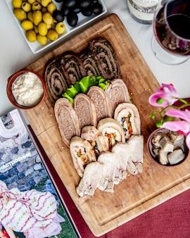 Mieszany paszteta talerza orzechów włoskich warzyw szpinaka odgórny widok