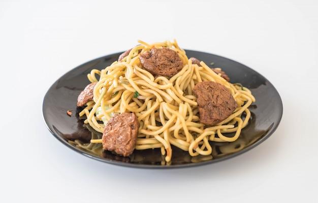 Mieszany smażony makaron - wegańskie jedzenie